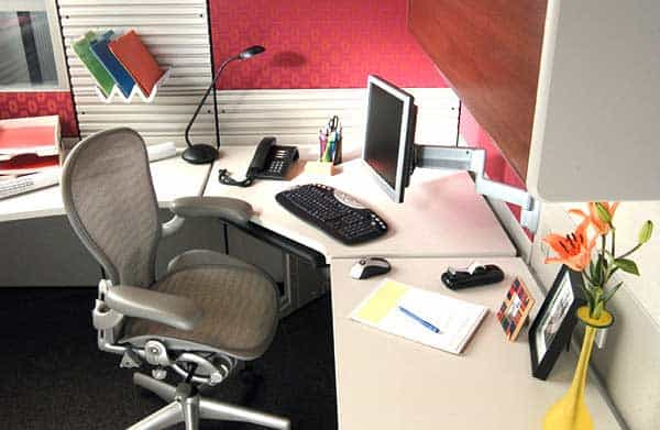 Cách trang trí bàn làm việc văn phòng nơi công sở