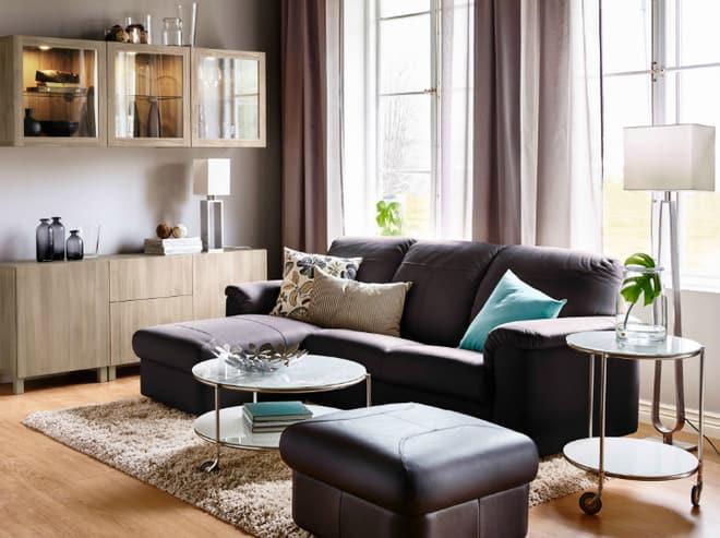 Sofa và rèm cửa được chọn màu đậm làm điểm nhấn.
