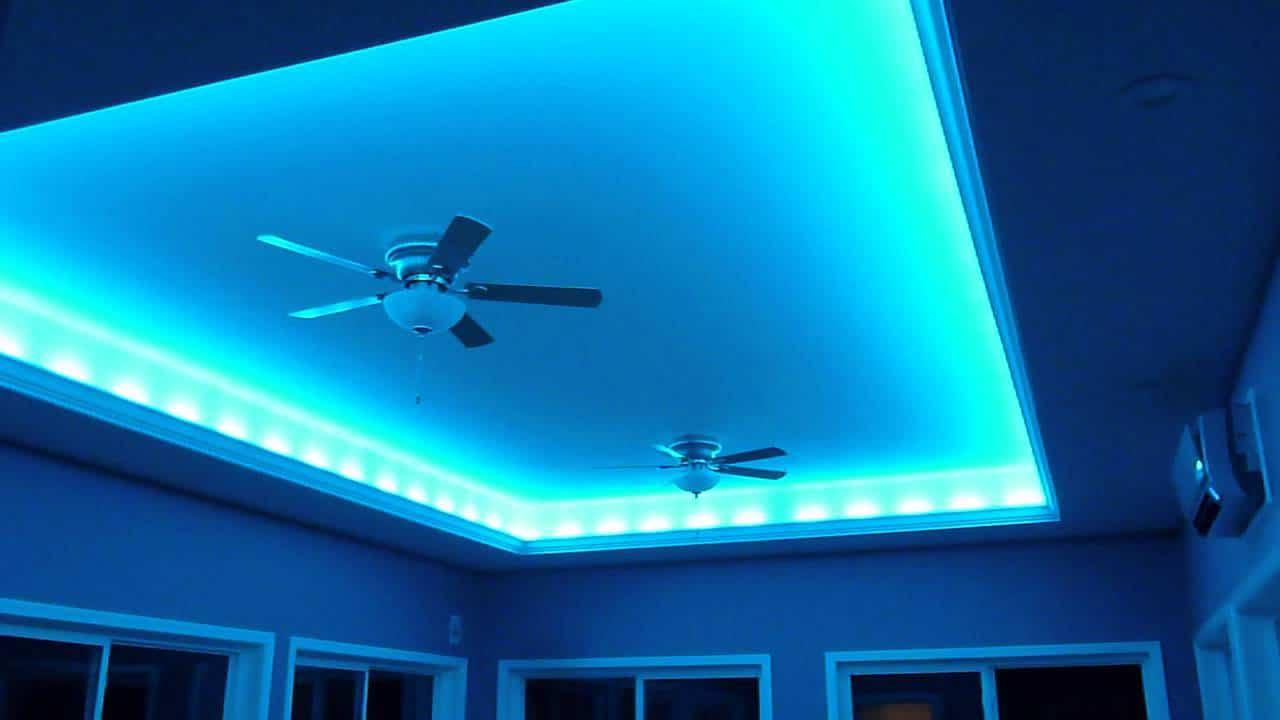 thiết kế trần thạch cao với đèn led màu xanh dương