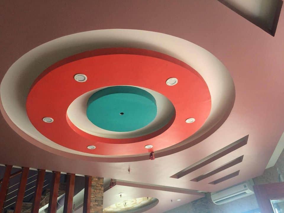 Trần thạch cao phòng khách nhà ống với những đường tròn đồng tâm