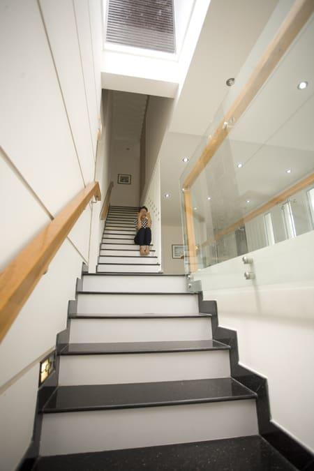 Câu thang thông suốt các tầng giúp dễ dàng di chuyển giữa các tầng.